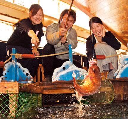 楽しそうにカップルが魚を釣っている写真